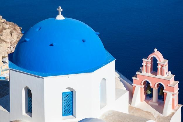 Santorini, Grecja. Tradycyjny Kościół W Miejscowości Oia, Symbol Greckich Wysp, Morze Egejskie. Premium Zdjęcia