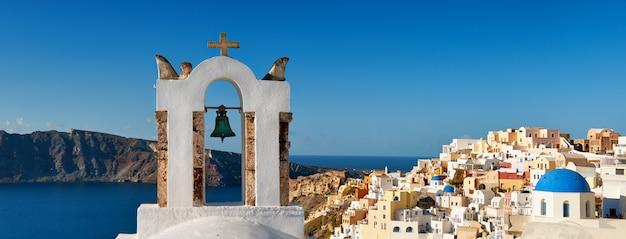 Santorini W Grecji - Tradycyjna Dzwonnica I Architektura Oia, Panorama Premium Zdjęcia