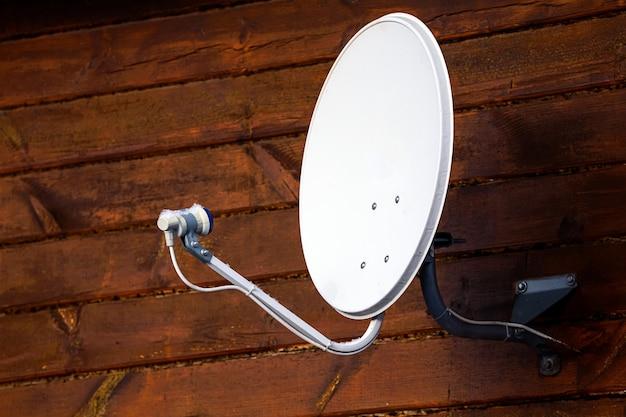 Satelit Jest Przymocowany Do ściany Drewnianego Domu Premium Zdjęcia