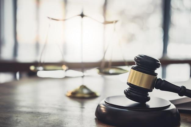 Scale Of Justice And Gavel Na Brzmiącym Bloku, Obiekcie I Książce Prawa Do Pracy Z Porozumieniem Sędziego Premium Zdjęcia
