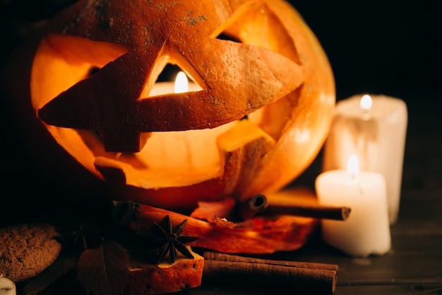 Scarry Halloweenowy Bania Stojak Na Stole Z świeczkami I Cynamonem Darmowe Zdjęcia