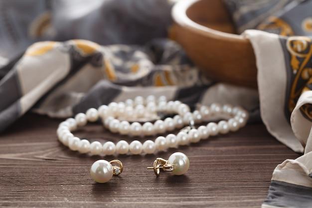 Scena Poranna Womans Z Perłą Leżała Na Jedwabnym Szalu Premium Zdjęcia