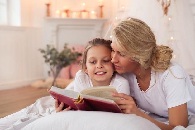 Scena Rodzinna. Szczęśliwa Matka I Córka W łóżku Darmowe Zdjęcia