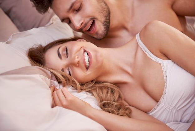 Scena Seksualna Namiętnej Młodej Pary W Sypialni Darmowe Zdjęcia