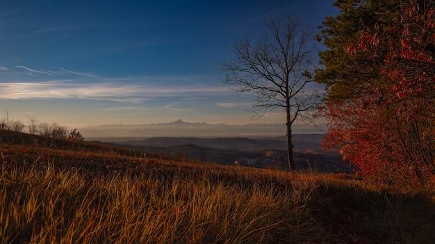 Sceneria Wschodu Słońca W Piemoncie Langhe We Włoszech Darmowe Zdjęcia