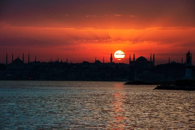 Sceniczny wschód słońca nad oceanem w istanbuł turcja Darmowe Zdjęcia