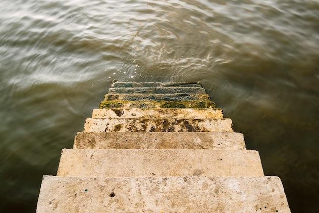 Schody w dół do rzeki Darmowe Zdjęcia