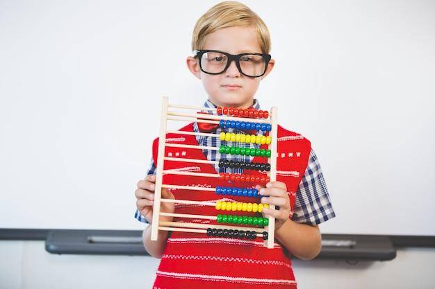 Schoolkid Udający Nauczyciela Premium Zdjęcia