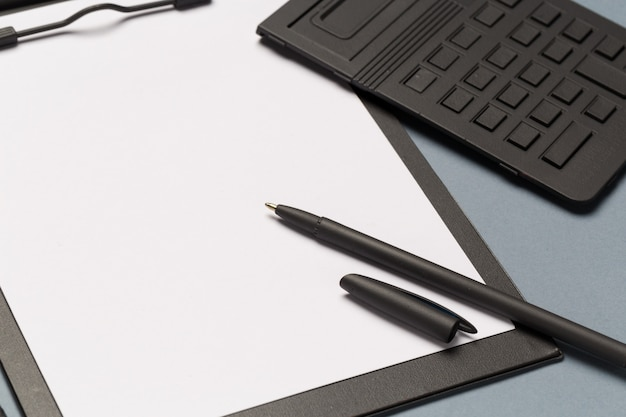 Schowek na notatki z długopisem, kalkulatorem i pustymi kartkami papieru Premium Zdjęcia