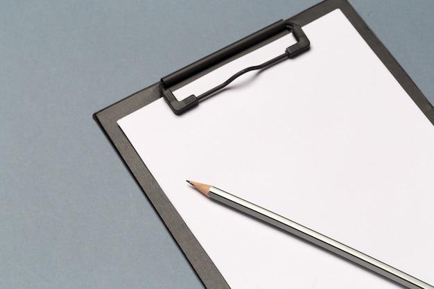 Schowek na notatki z ołówkiem i czystymi kartkami papieru Premium Zdjęcia