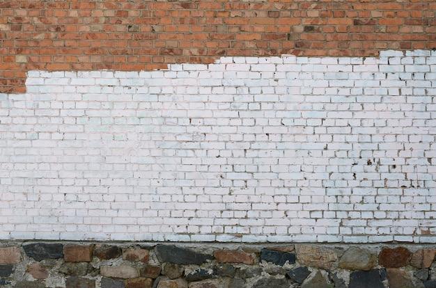 Ściana Domu Mieszkalnego Z Białymi Plamami Farby Pokrywającymi Wandalizm Graffiti Premium Zdjęcia