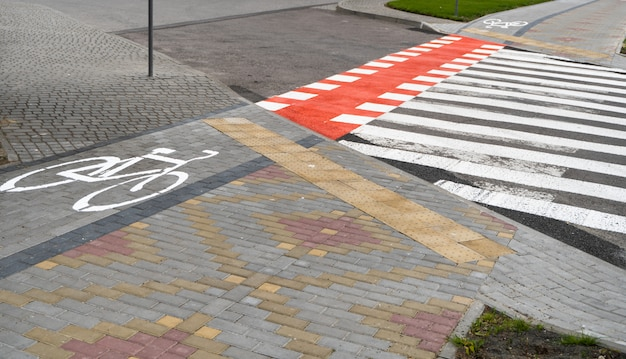 Ścieżka Rowerowa Z Symbolem Roweru Na Ziemi Drogą Avtomobile. ścieżka Rowerowa W Nowoczesnym Mieście. Premium Zdjęcia