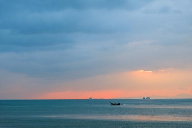 Seascape przy zmierzchem z łodzią w morzu Premium Zdjęcia