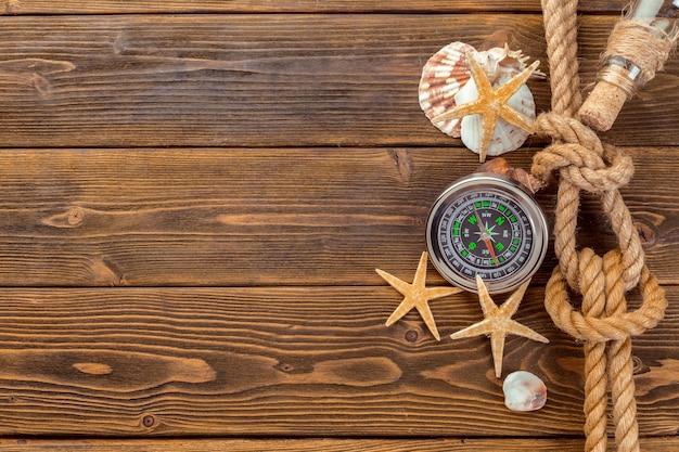 Seashells granica na drewnianym tle Premium Zdjęcia