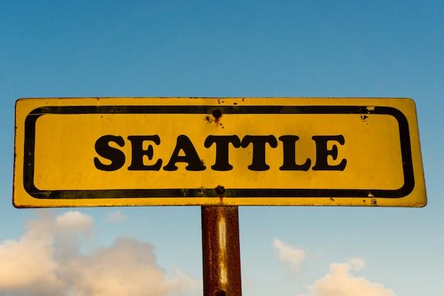 Seattle Miasta Koloru żółtego Stary Znak Z Niebieskim Niebem Premium Zdjęcia