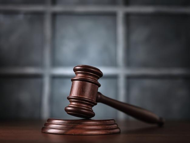 Sędzia Aukcyjny Młotek Na Stole Premium Zdjęcia
