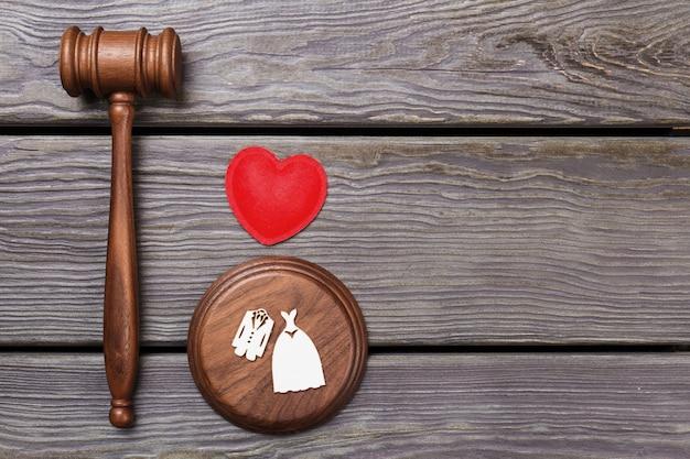 Sędzia Młotek Hummer Z Sercem I Kostiumami ślubnymi. Widok Z Góry Leżał. Szare Tło Drewniane. Premium Zdjęcia