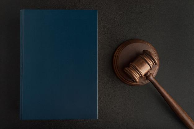 Sędzia Młotek Lub Młotek I Książki Prawa Na Czarnej Przestrzeni. Prawoznawstwo. Prawa I Sprawiedliwość Premium Zdjęcia