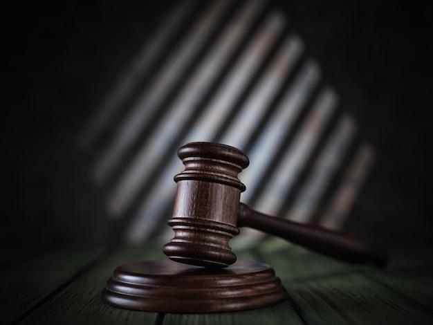 Sędzia Młotek Na Zielonym Stole Premium Zdjęcia