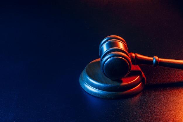 Sędzia Młotek Z Bliska Na Ciemnej Powierzchni. Prawo I Sprawiedliwość, Koncepcja Legalności Premium Zdjęcia