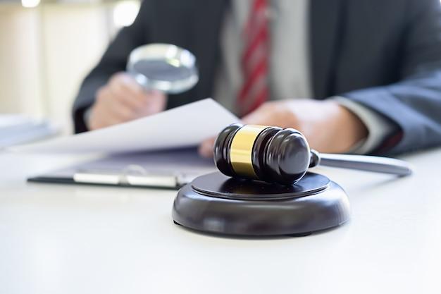 Sędzia Młotek Z Prawnikami Odbywającymi Spotkanie Zespołu W Kancelarii Prawnej. Premium Zdjęcia