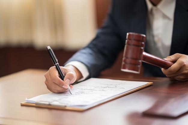 Sędzia Piszący Akta Sprawy Na Sali Sądowej Premium Zdjęcia