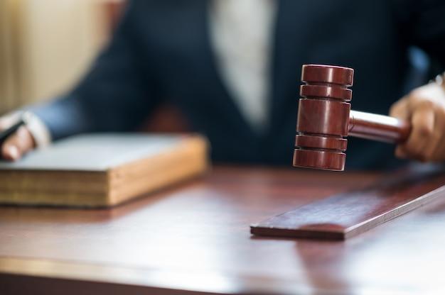 Sędzia Uderza Młotkiem W Stół Premium Zdjęcia