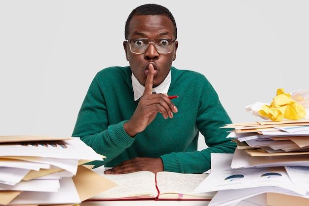 Sekretny Dyrektor Generalny Afroamerykanów Pokazuje Znak Ciszy, Pracuje Nad Zadaniem Otrzymanym Od Szefa, Zapisuje Pomysły W Notatniku, Zaskakuje Wyraz Twarzy Darmowe Zdjęcia