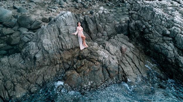 Seksowna Fotografia Piękna Brunetka Pozuje Podczas Gdy Stojący Wśród Skał Premium Zdjęcia