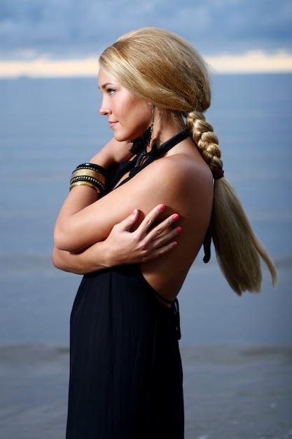 Seksowna I Luksusowa Kobieta Na Zmierzchu Darmowe Zdjęcia