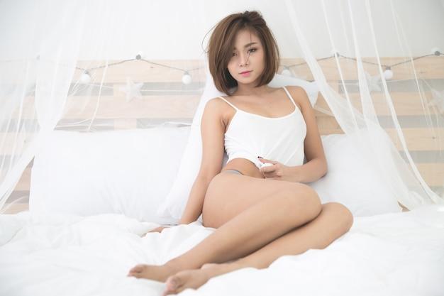 Seksowna młoda kobieta w sypialni Darmowe Zdjęcia