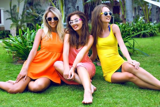 Seksowne Dziewczyny Najlepsze Przyjaciółki Bawiące Się Na Wakacjach W Egzotycznym, Gorącym Tropikalnym Kraju, Noszące Jasne Hipster żywe Sukienki Plażowe, Szczęśliwe Emocje, Uśmiechnięte I śmiejące Się, Przyjęcie W Ogrodzie, Relaks, Taniec, Radość. Darmowe Zdjęcia