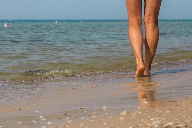 Seksowne Nogi Na Plaży. Chodzące Kobiece Stopy Premium Zdjęcia