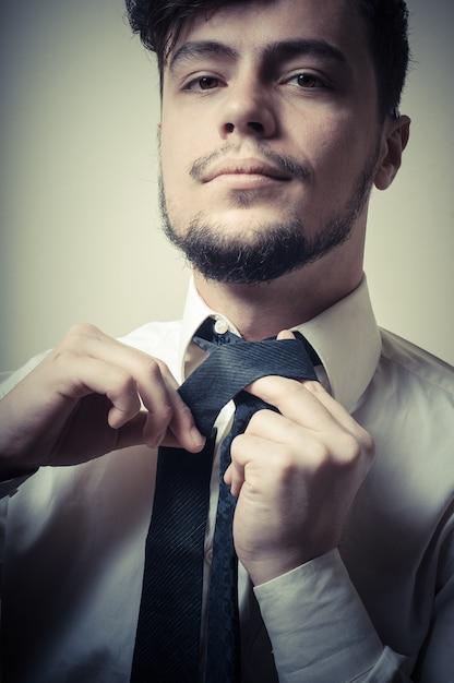 Seksowny elegancki biznesmen przystosowywa krawat Premium Zdjęcia