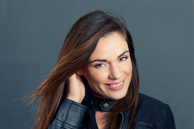 Seksowny Portret Model Piękna Kobieta Z Ręką We Włosach Darmowe Zdjęcia