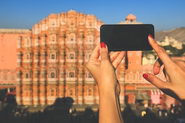 Selekcyjna Ostrość Na Telefonie Moblie Bierze Obrazek Hawa Mahal W Jaipur, India (wiatrowy Pałac) Premium Zdjęcia