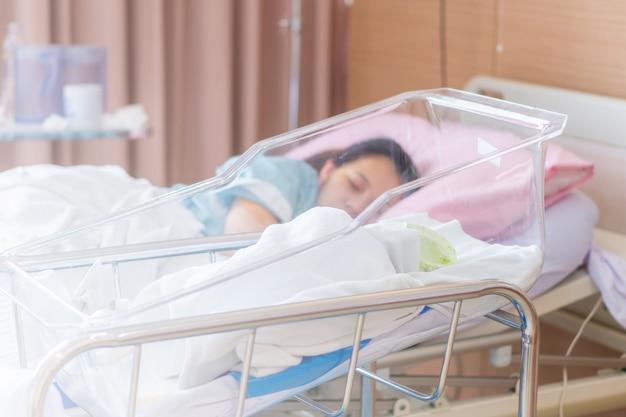 Selekcyjna ostrość nowonarodzony chłopiec i nowy macierzysty dosypianie w szpitalu Premium Zdjęcia