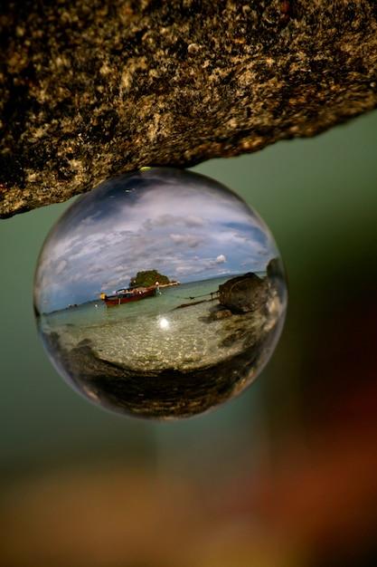 Selektywne, Ostre Ujęcie Plaży Na Koh Lipe Odbite W Szklanej Kuli Darmowe Zdjęcia