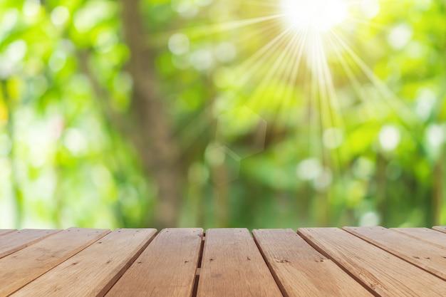 Selektywne Skupienie Pustego Starego Drewna Na Rozmycie Natura Rozmycie Parku Z Tłem Bokeh. Premium Zdjęcia