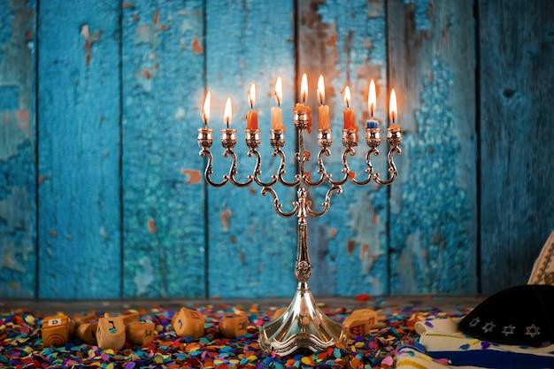 Selektywne Skupienie Tradycyjnych Kandelabrów Menorskich W Chanuce Na Festiwalu żydowskim Premium Zdjęcia
