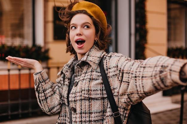 Selfie Studentka śmieszne Kobieta W Kraciastym Płaszczu Darmowe Zdjęcia