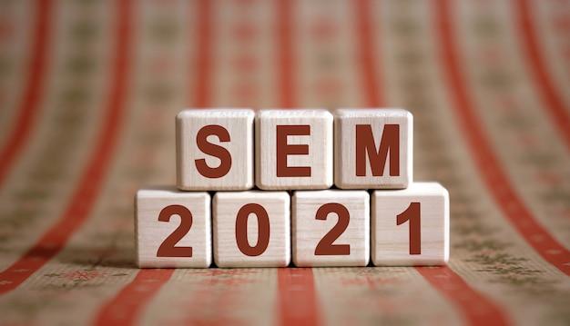 Sem 2021 Tekst Na Drewnianych Kostkach Na Monochromatycznym Tle Z Odbiciem. Premium Zdjęcia
