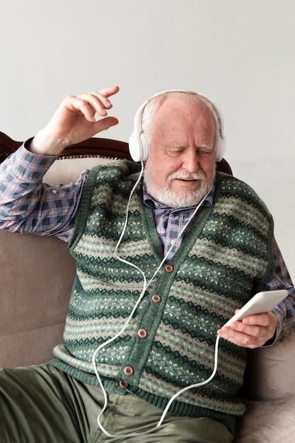 Senior Na Kanapie, Odtwarzanie Muzyki Darmowe Zdjęcia