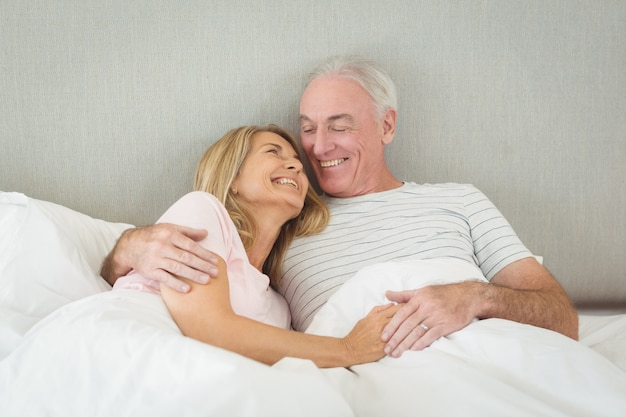 Senior Para Obejmując Na łóżku Premium Zdjęcia
