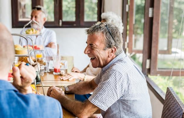 Seniorzy spożywający śniadanie Premium Zdjęcia