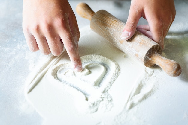 Serce mąki. tło do pieczenia Premium Zdjęcia