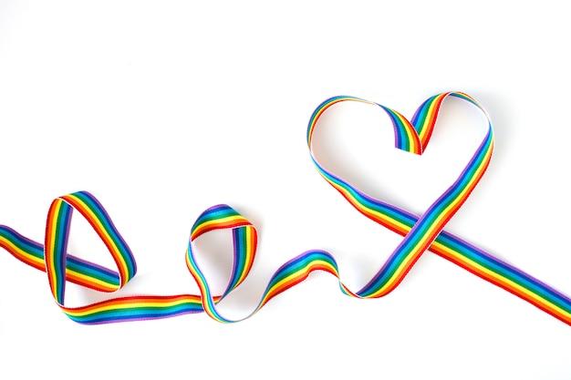 Serce W Kształcie Tęczy Wstążki Na Białym Tle Premium Zdjęcia