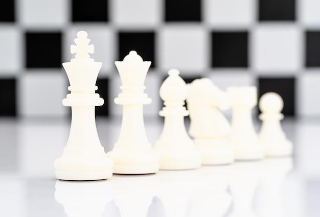 Set Biali Szachowi Kawałki Na Białym Tle Premium Zdjęcia