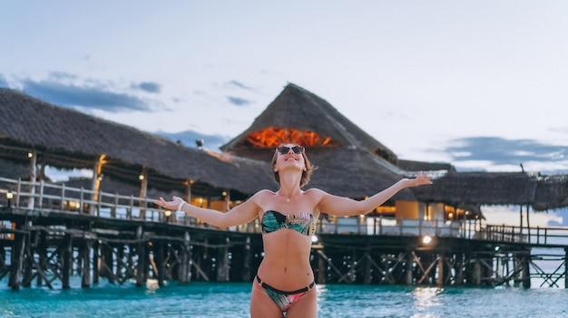 Sexy kobieta w stroju kąpielowym przez ocean Darmowe Zdjęcia