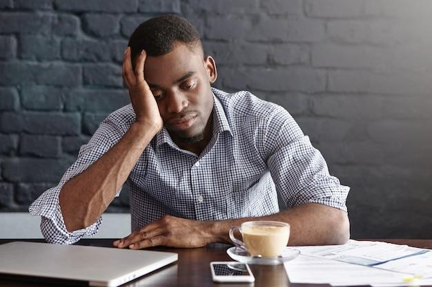 Sfrustrowany, Zmęczony, Młody Afroamerykański Pracownik Dotyka Głowy Darmowe Zdjęcia
